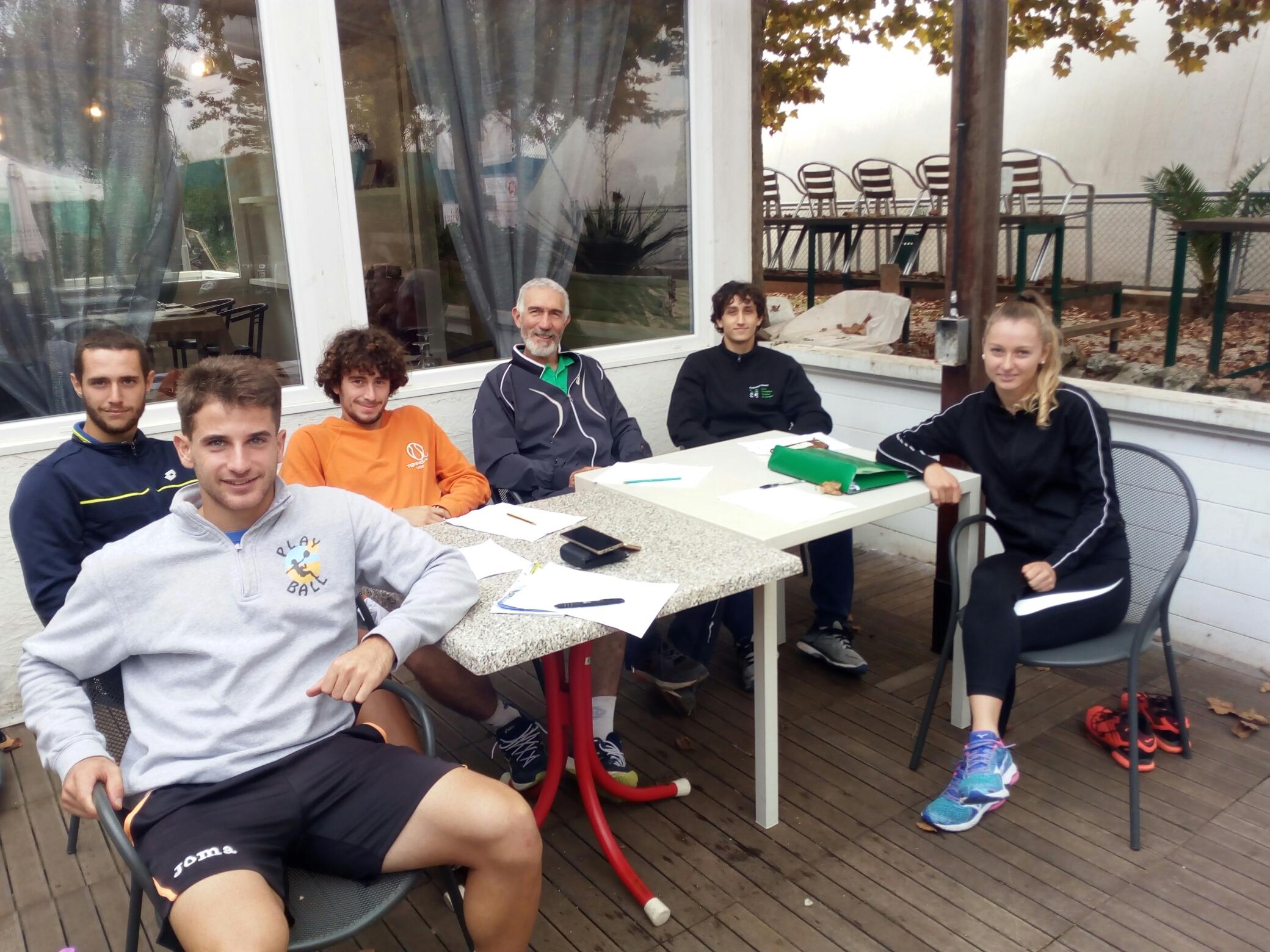 Luca Gasparini con alcuni agonisti del Tennis Club Viserba