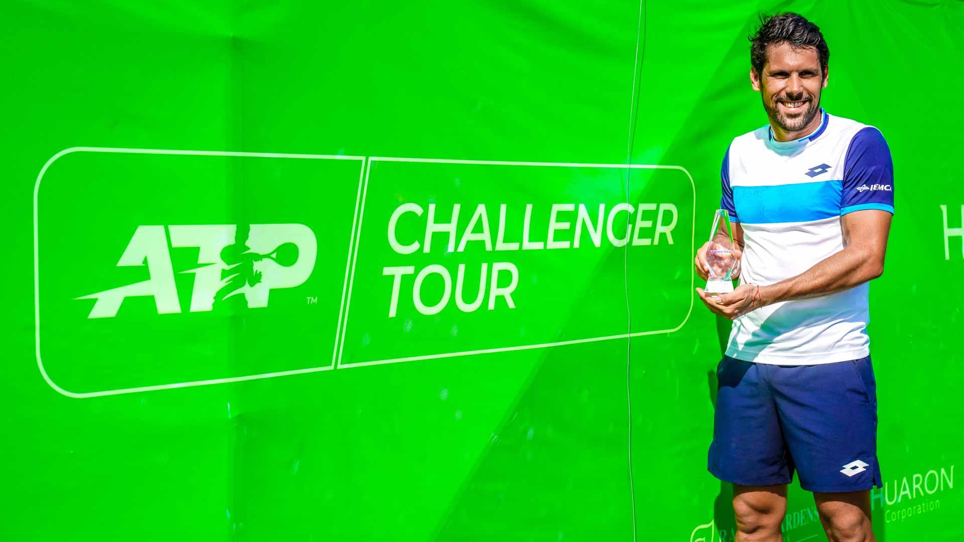 Federico Gaio con il trofeo vinto a Bangkok