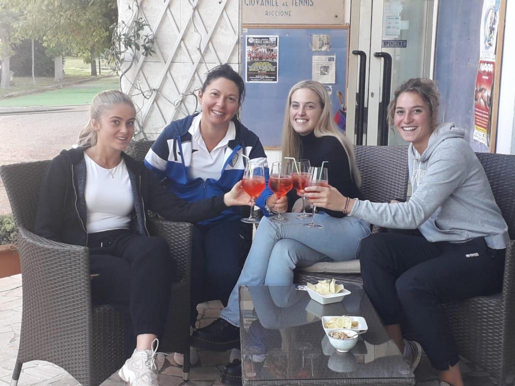 Giocatrici e capitana del Tennis Club Riccione brindano alla promozione in D1