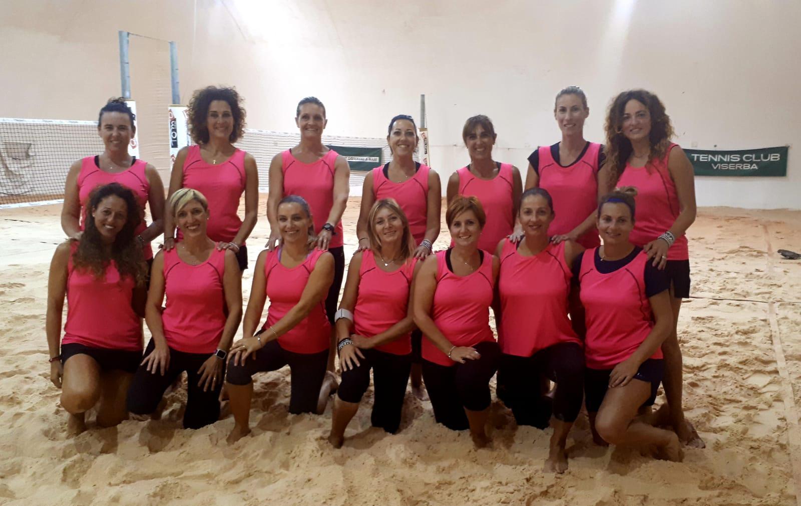 Le partecipanti al girone B del campionato femminile di beach tennis a Viserba