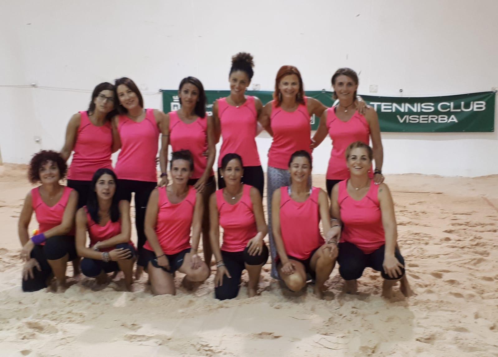 Le giocatrici del girone A del campionato femminile di beach tennis a Viserba