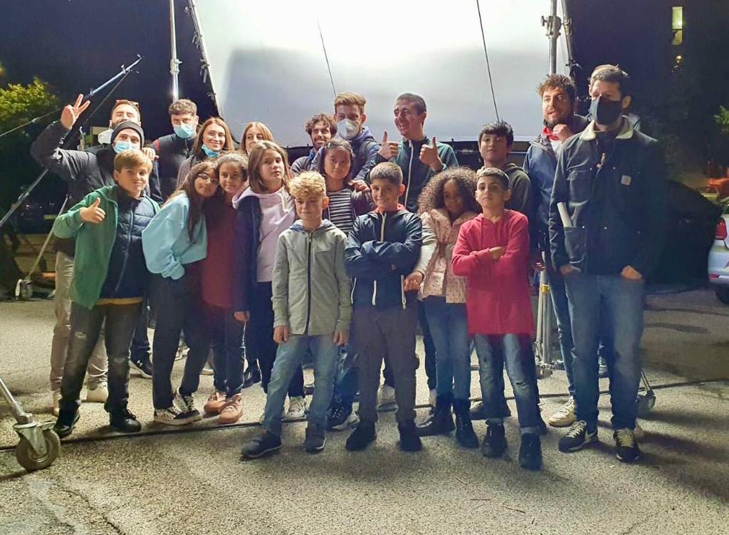 """Luca Lorenzi e gli altri protagonisti del video """"Over the Moon"""" di Elodie"""