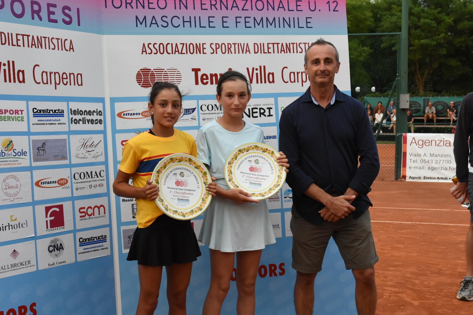 La premiazione dell'israeliana Mika Buchnik e della rumena Maria Teodora Nagy, vincitrici del doppio femminile