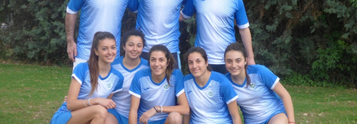 Le ragazze della squadra di serie B del Ct Casalboni con i tecnici