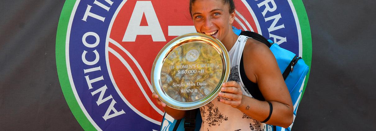 Sara Errani con il trofeo vinto all'Antico Tiro a Volo