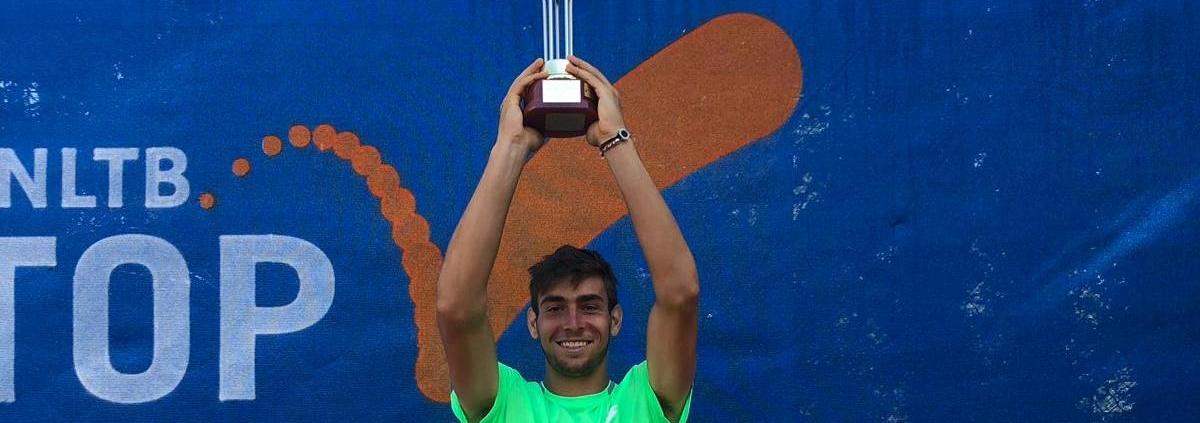 Enrico Dallae Valle alza il trofeo conquistato ad Alkmaar