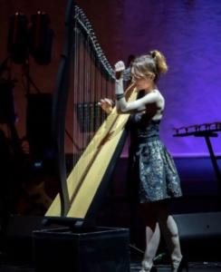 Micol Arpa Rock e il suo originale modo di suonare in piedi questo strumento