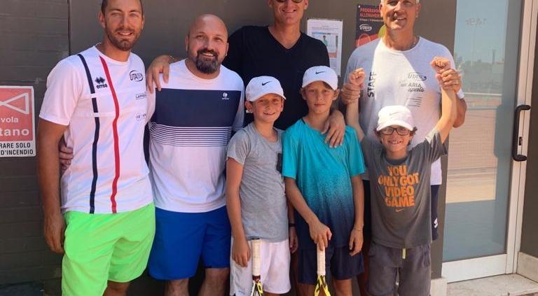 Andrea Gaudenzi con i figli e lo staff dell'UTA a Ravenna