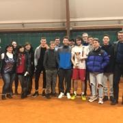 Manuel Mazza festeggiato dal gruppo di tifosi del Tennis Club Viserba