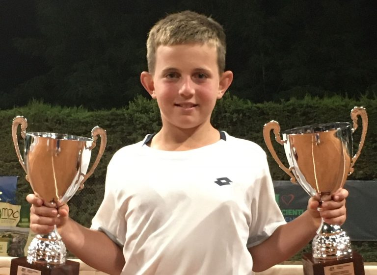 Dennis Spircu con le due coppe vinte ai campionati regionali pugliesi under 12